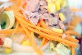 Ensalada de atún en el plato. — Foto de Stock