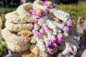 Guirlanda de flores em utensílio. — Fotografia Stock