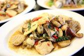 Перемешать жаренные смешанные морепродукты на белый блюдо. — Стоковое фото