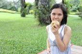 Thai schwangere Mutter zu Apfel Essen im Garten. — Stockfoto