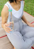 Pregnant women have a water bottle in hand. — Stock Photo