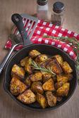 A pan of seasoned baked potatoes — Stock Photo