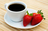 Sweet strawberries with coffee — Stock Photo