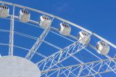 Ferris wheel on a background of blue sky — Stock Photo