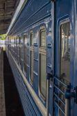 Szeroki kąt widzenia niebieski pasażer pociągu — Zdjęcie stockowe