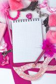 Girly roze desktop en briefpapier met lege notitieboekje en potlood. — Stockfoto