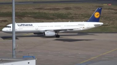 Arrival of an Airbus A 321 — Stock Video