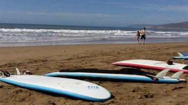 Surfbretter auf Atlantische Küste — Stockvideo