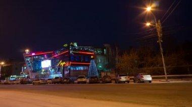 Luch cinema in night Krasnoyarsk, time lapse — Stock Video