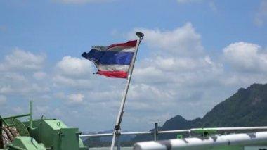 Seedy thai flag waving on boat in ocean — Stock video
