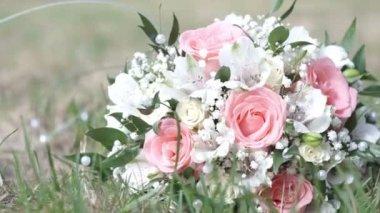 Svatební kytice na trávě — Stock video