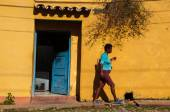 People walking in Trinidad, Cuba — Stockfoto