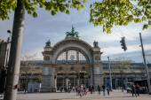 LUCERNE, SWITZERLAND - APRIL 20, 2014: Main entrance to Luzern railway station in Lucerne on April 20, 2014. Luzern is a famous tourist destination due to its location within sight of Swiss Alps — Stock fotografie