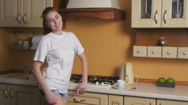 Girl flirting in the kitchen — Stock Video