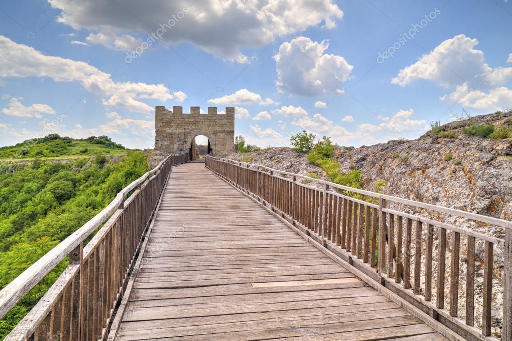 Pareti in pietra e cancello con ponte di legno sulla fortezza ...
