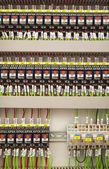 Pannello di relay con relè e fili — Foto Stock