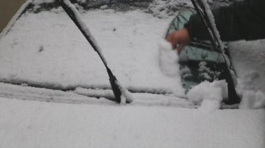 Man cleans car from snow — Stok video