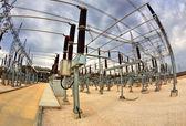 Hradí vysoké napětí v elektrické rozvodny — Stock fotografie