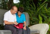 Senior couple on computer tablet — Stock Photo