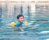 Boy swimming in the pool — Stock Photo