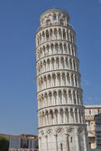 Unrecognized tourists visit Pisa tower — Stock Photo