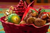 Fichi secchi e le date con le decorazioni di Natale — Foto Stock