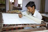 VARANASI, INDIA, DEC 9, 2013: Unidentified Indian man embroider — Stock Photo