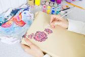 Processo de Batik: artista pinturas sobre tela, pintura Batik — Fotografia Stock