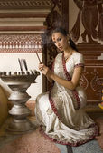 Schöne junge indische Frau in traditioneller Kleidung mit incens — Stockfoto