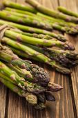 Bunch of young asparagus on wooden table — Foto Stock
