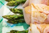 Asparagus wrapped in chicken and bacon in a baking dish — Stock fotografie