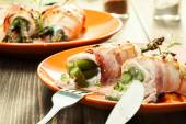 Baked asparagus wrapped in chicken and bacon — Stock fotografie