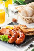 Full English breakfast with bacon, sausage, egg, baked beans and — Stock Photo