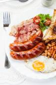 Full English breakfast with bacon, sausage, fried egg and baked beans — ストック写真