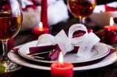Vajilla de navidad en la mesa — Foto de Stock