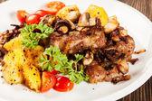 Chuleta de cerdo frito con champiñones y patatas fritas — Foto de Stock