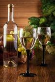 Bottle and glasses of white wine — Stock fotografie