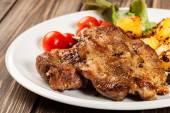 ステーキ、ベイクド ポテトと野菜のサラダ — ストック写真