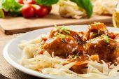 Fettuccine makarna ve domates soslu köfte — Stok fotoğraf