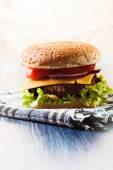 Hamburger kağıt üzerinde — Stok fotoğraf