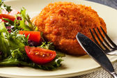 Escalope Cordon Bleu avec salade — Photo