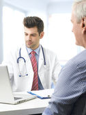 Male doctor and old patient — Stockfoto