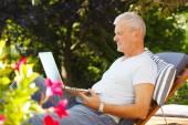 Man at garden and using laptop — Stok fotoğraf