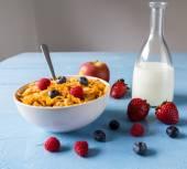 Flocos de milho em uma tigela com leite e frutas — Fotografia Stock