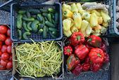 фрукты и овощи на фермерском рынке на продажу. — Стоковое фото