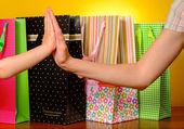 Matka a dítě dávat vysoké pět vzájemně po nakupování — Stock fotografie