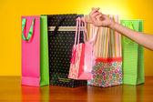 Feminino mão segurando o saco de compras rosa — Fotografia Stock