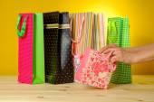 Mulher vendo numa sacola de compras — Fotografia Stock