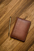 Leather notebook and golden pen. — Foto Stock