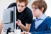Jovens trabalhando juntos em um escritório — Fotografia Stock